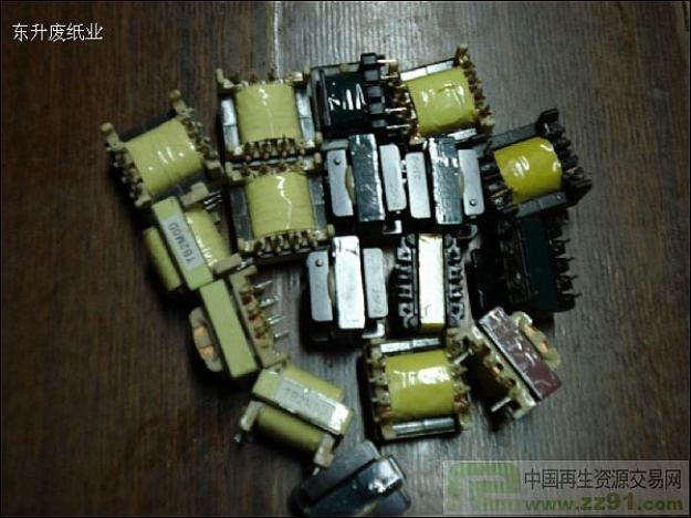 有空调的电路板和大量的小变压器